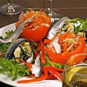 Летний салат с помидорами, редиски и крабового мяса по-испански