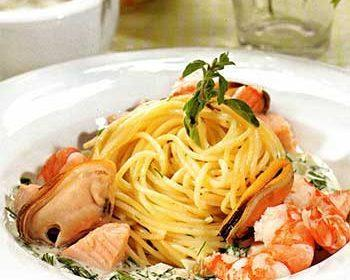 Спагетти с лососем, мидиями и креветками «морской бриз»