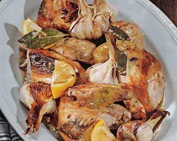 Курица, запеченная с чесноком и лавровыми листьями