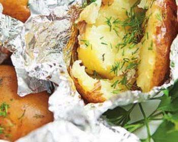 Картофель с чесноком и травами на костре