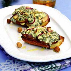 Тосты с грушей и голубым сыром