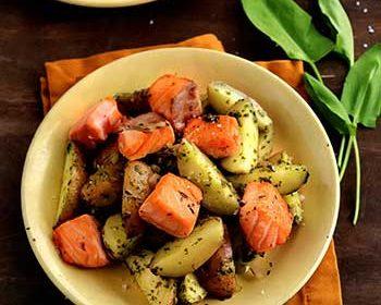 Салат из картофеля с щавелем и лососем