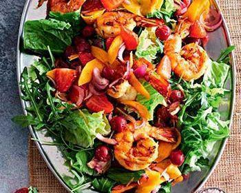Салат с креветками на углях, манго и ягодами