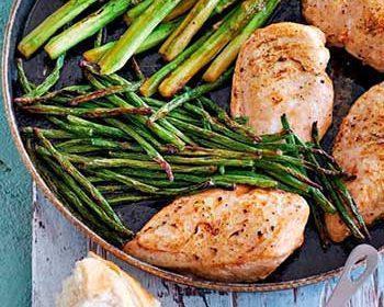 Зеленые овощи и куриная грудка с голландским соусом