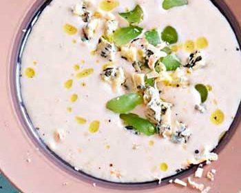Холодный миндальный суп с виноградом и голубым сыром