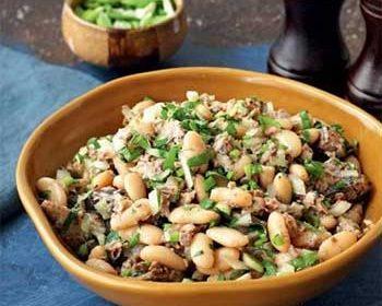 Салат из фасоли и рыбных консервов
