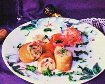 Блинные роллы с копченой рыбой, картофелем и грибами
