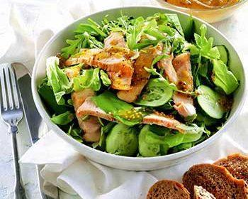 Теплый салат со свининой, огурцом и зеленью