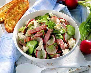 Летний салат с ветчиной и брынзой