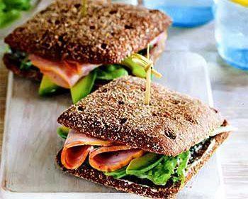 Сэндвич с индейкой, авокадо и легким соусом