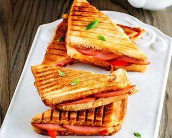 Горячий сэндвич с колбасой, сыром и печеным перцем