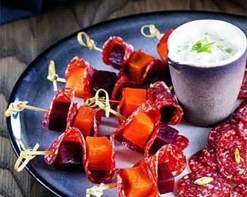 Закуски с салями, печеными овощами и сырным соусом
