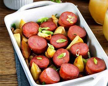 Краковская колбаса, запеченная с молодым картофелем и сельдереем