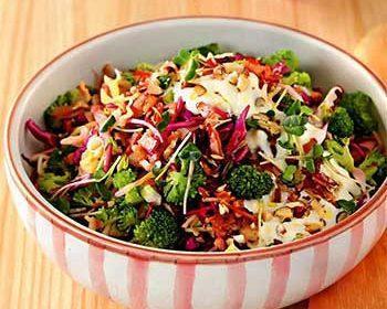 Салат из трех видов капусты с беконом и заправкой из брынзы