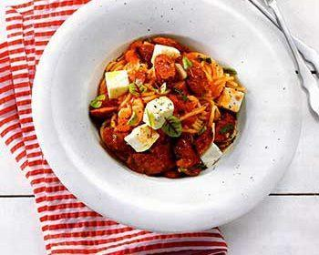Спагетти с колбасками, помидорами и рассольным сыром