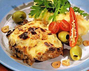 Говядина с грибами и сырным картофельным пюре