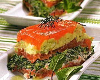 Мильфей из томатов, крабовых палочек и авокадо