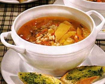 Овощной суп с помидорами и песто