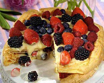 Торт с заварным кремом и ягодами